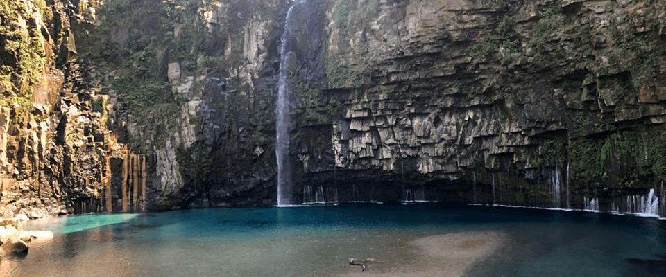 エメラルドグリーンの雄川の滝